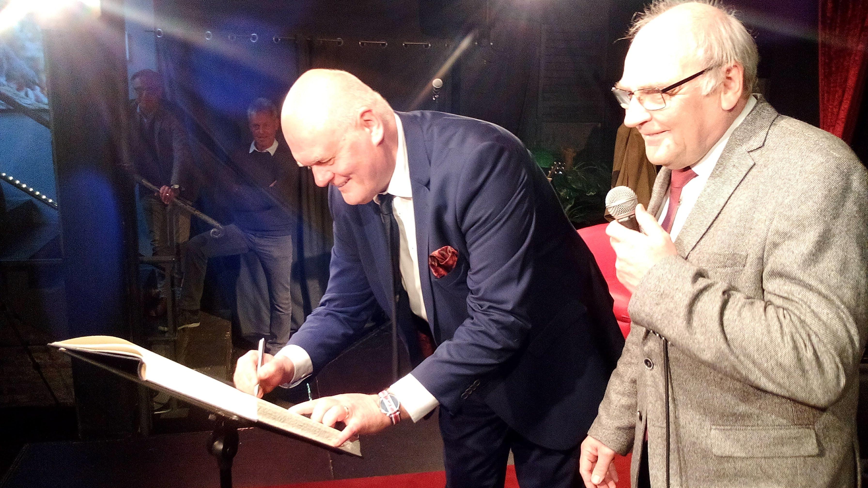 Der Ausnahmemusiker Conny Conrad trägt sich ins Gästebuch der Stadt Hagen ein – VIDEO