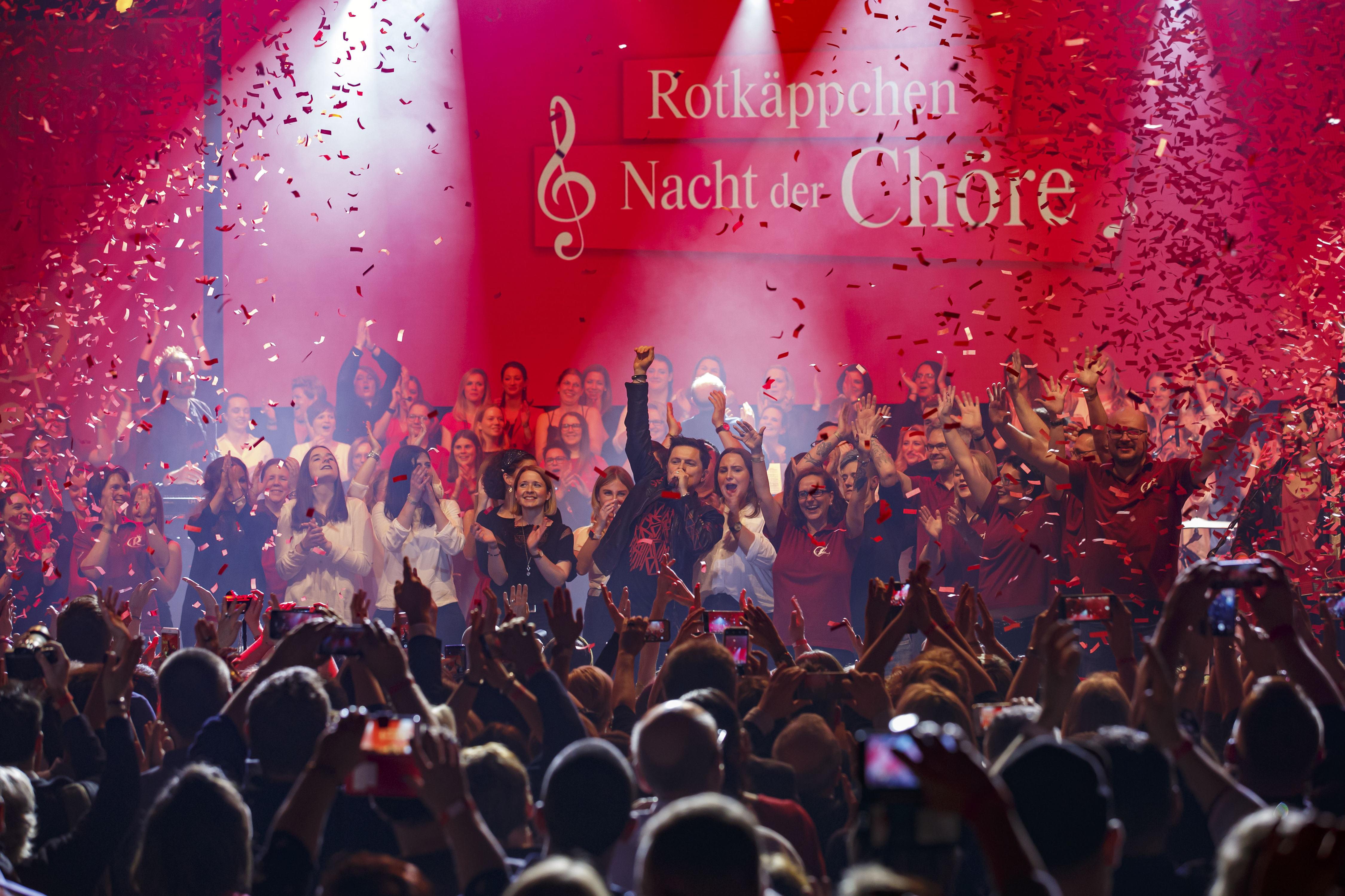 Michael Patrick Kelly begeistert mit über 100 Sängerinnen und Sängern