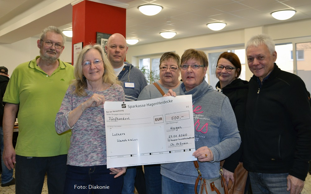 IG Hasper Kunstschaffender spendet 500 Euro an Luthers Waschsalon
