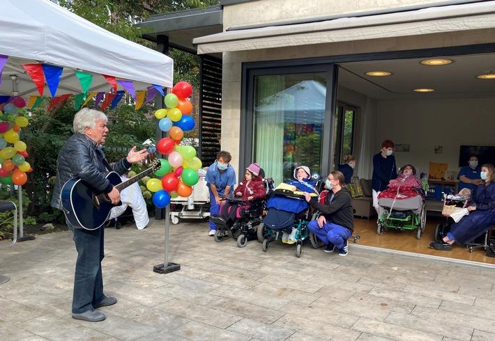 Rolf Zuckowski singt im Lufthafen am Altonaer Kinderkrankenhaus